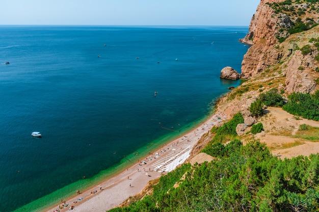 Praia pitoresca de vasili em balaklava crimeia, vista superior belas montanhas e mar azul