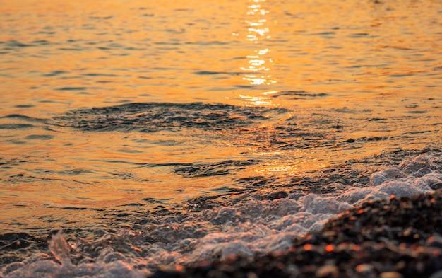 Praia rochosa ao pôr do sol lindas cores nas rochas