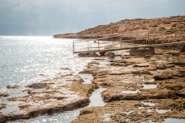 Praia rochosa durante o dia