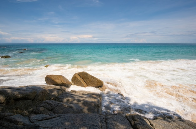 Praia rochosa e mar