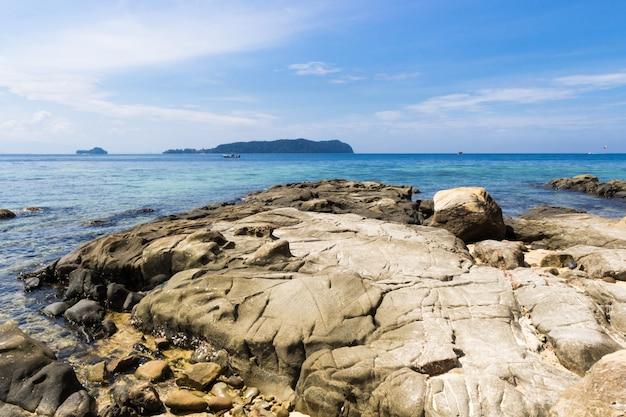 Praia rochosa em uma ilha tropical