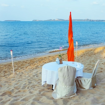 Praia romântica restauradora em resort tropical. café de praia