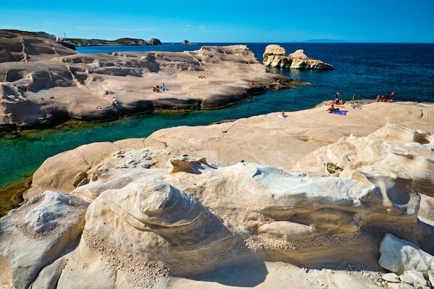 Praia sarakiniko famosa na ilha de milos, na grécia