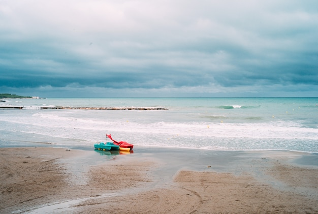 Praia solitária causada pela cobertura. existem apenas patins aquáticos na praia. distanciamento social