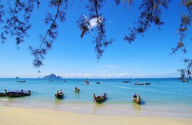 Praia tropical, barcos longtail, mar de andaman, tailândia