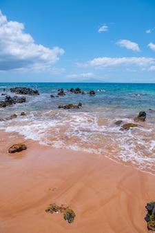 Praia tropical com areia do mar nas férias de verão