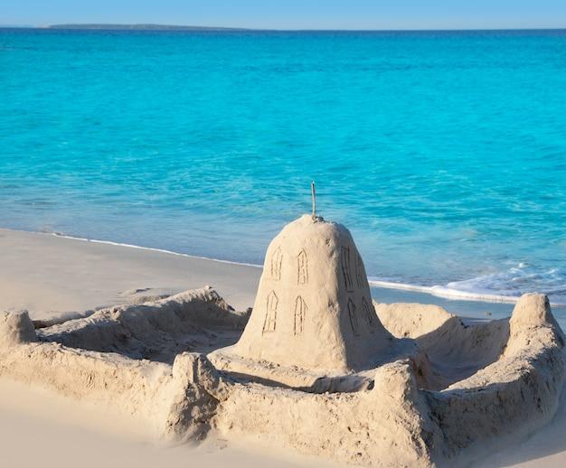 Praia tropical com castelo