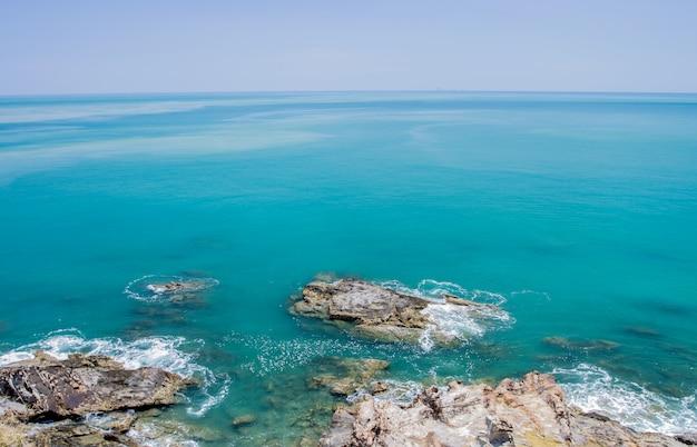 Praia tropical com céu azul do mar, mar de andaman, koh lanta, krabi, tailândia