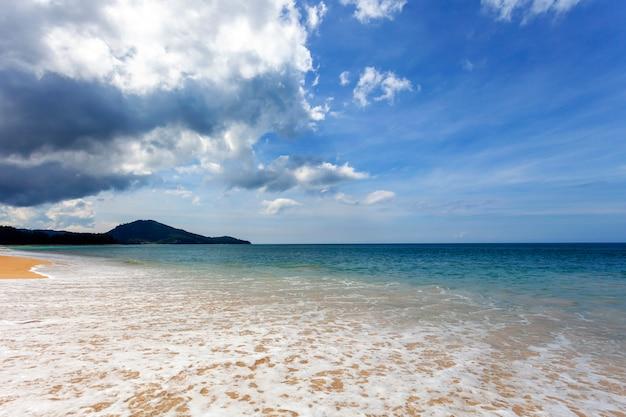 Praia tropical com oceano azul e imagem de fundo do céu azul para fundo de natureza ou fundo de verão