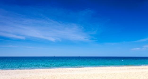 Praia tropical com oceano azul e imagem de fundo do céu azul para o fundo da natureza