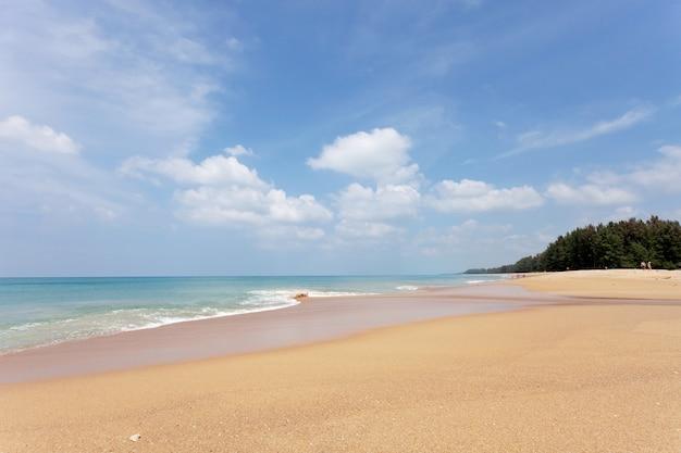 Praia tropical com oceano e céu azul