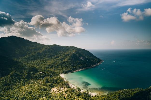 Praia tropical da garrafa na ilha phangan tailândia