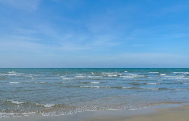 Praia tropical do mar no verão