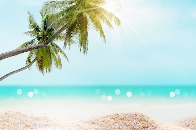Praia tropical e areia branca no verão com sol e céu azul claro