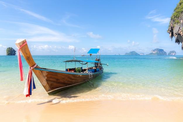 Praia tropical e barco