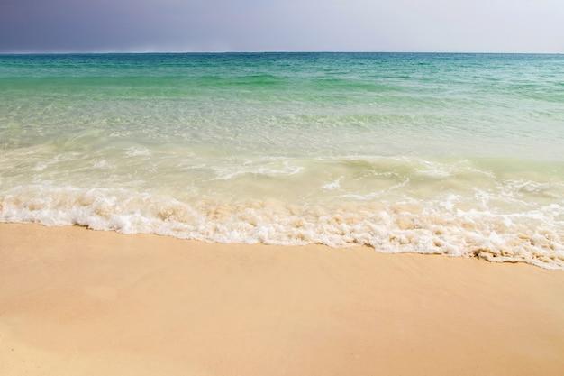Praia tropical e céu azul com fundo de nuvem clara na tailândia