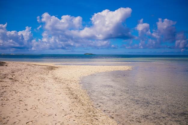 Praia tropical ideal com água azul-turquesa e areia branca em uma ilha deserta
