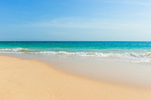 Praia tropical intocada no sri lanka com areia branca e água azul