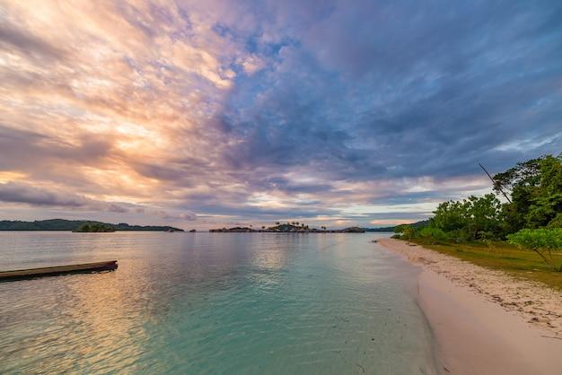 Praia tropical, mar das caraíbas, água de turquesa, ilhas remotas de togean sulawesi, indonésia.