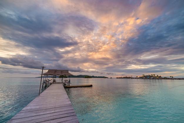 Praia tropical, mar das caraíbas, água transparente de turquesa, ilhas remotas de togean, sulawesi, indonésia.