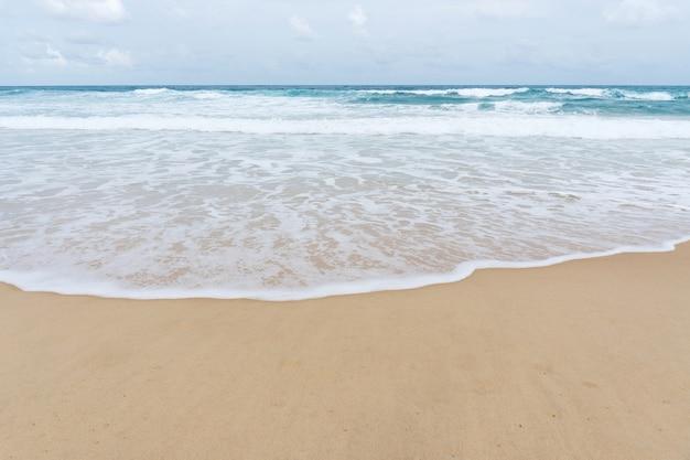 Praia tropical na temporada de verão em phuket tailândia
