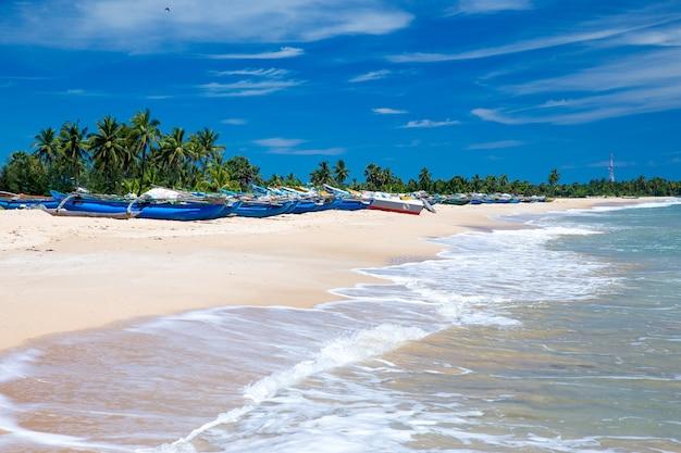 Praia tropical no sri lanka. férias de verão e conceito de férias para o turismo.