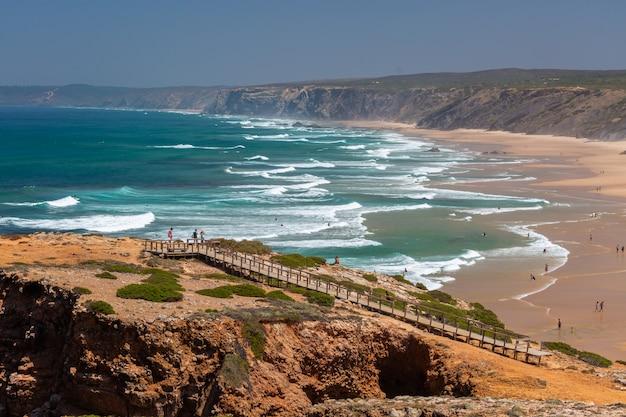 Praia tropical perfeita para passar as tardes de verão no algarve, portugal