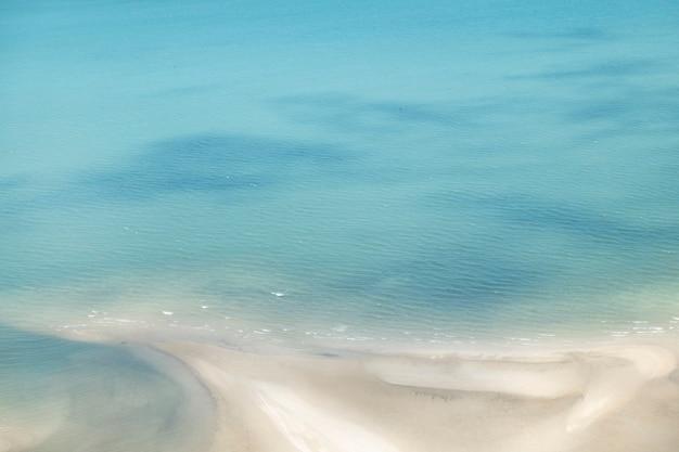 Praia tropical, praia de areia na tailândia em um dia claro.