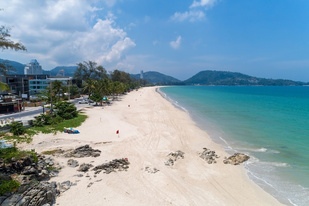 Praia vazia na praia de patong phuket tailândia