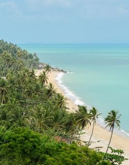 Praia vista do mar em nakhon si thammarat, tailândia