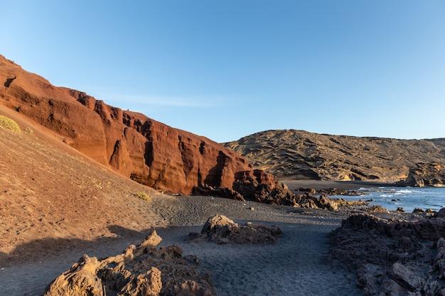 Praia vulcânica em lanzarote, ilhas canárias, espanha