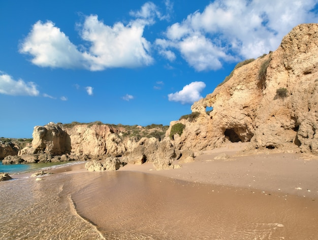 Praias douradas e falésias de arenito perto de albufeira