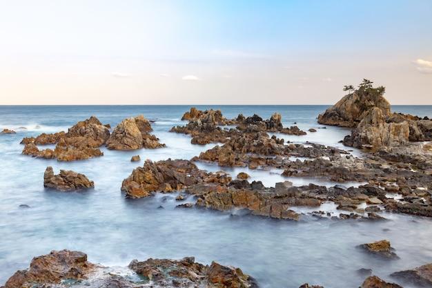 Praias rochosas mar da coréia do sul