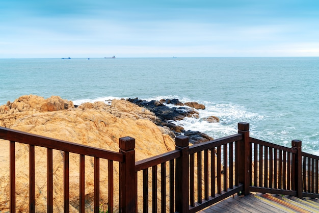 Prancha de madeira à beira-mar