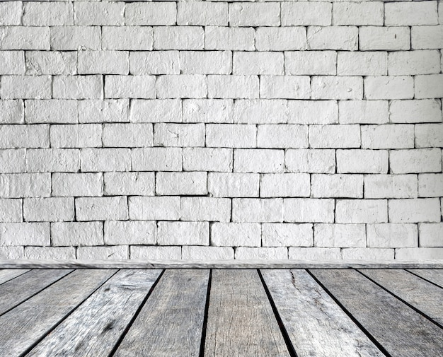 Prancha de madeira cinza na parede de tijolo