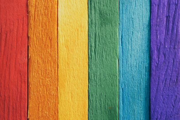 Prancha de madeira de bandeira de arco-íris