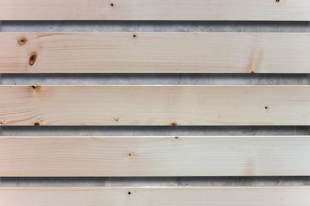 Prancha de madeira marrom no concreto cinza