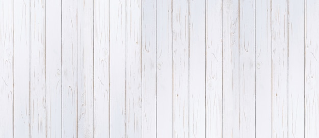 Prancha de madeira pintado o fundo na cor branca com espaço da cópia.