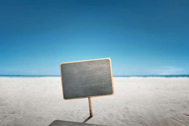 Prancha de madeira vazia na praia