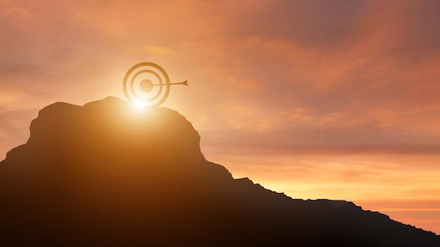 Prancha de silhueta no topo da luz do sol do céu da montanha
