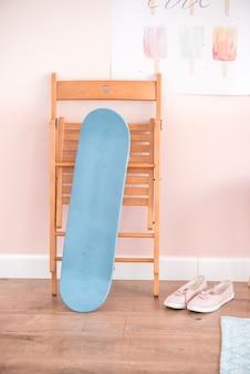 Prancha de skate no interior