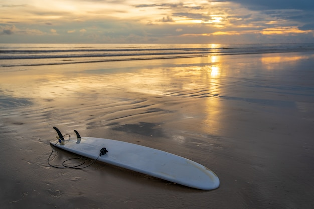 Prancha de surf na praia de areia branca sem pessoas