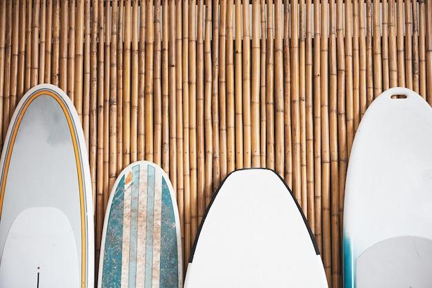 Prancha de surf no fundo de bambu