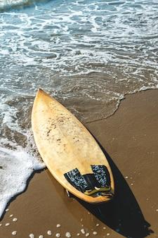 Prancha de surfe em uma praia arenosa