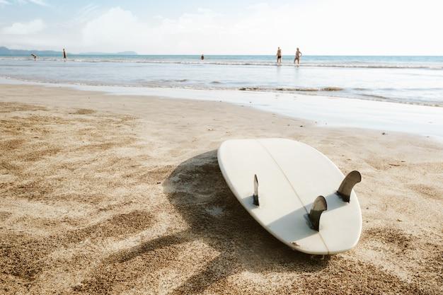 Prancha deixada na areia na praia