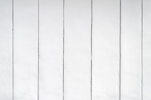 Pranchas de madeira verticais fecham o fundo. a parede é pintada de cinza claro. pinte em placas.