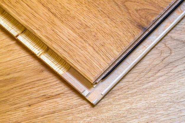 Pranchas de piso de parquet de madeira marrom.