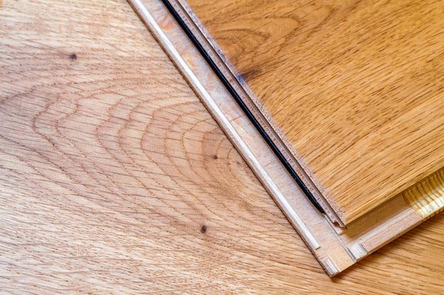 Pranchas em parquet de madeira marrom