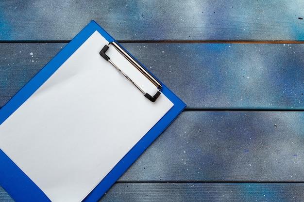 Prancheta azul na mesa de escritório