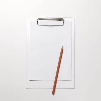 Prancheta branca com folha de papel e caneta em branco